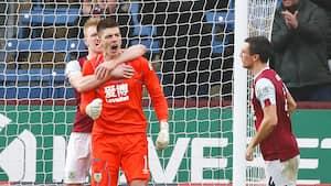Redning på redning på redning! Nick Pope blev dagens mand i skysovs og sikrede Burnley tre point mod Schmeichel og co.