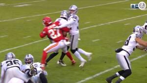 Raiders-returner løber direkte ind i holdkammerat og taber bolden - Jon Grudens reaktion er priceless