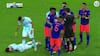 'Kæmpe, KÆMPE svinestreg!': PL-spiller langer albue i hovedet på Messi - slipper med gult